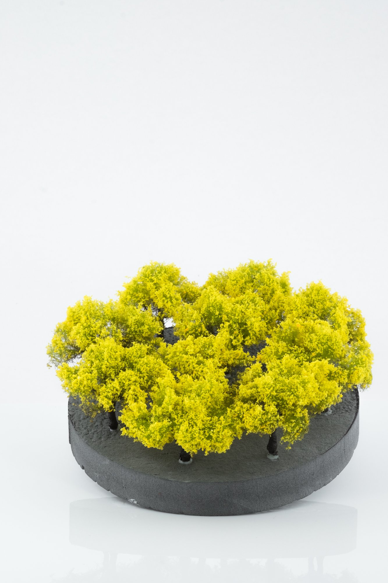 Ten pieces, regular yellow model bushes. Size between 2 and 4 cm. Made from high quality model supplies by Primo Models.