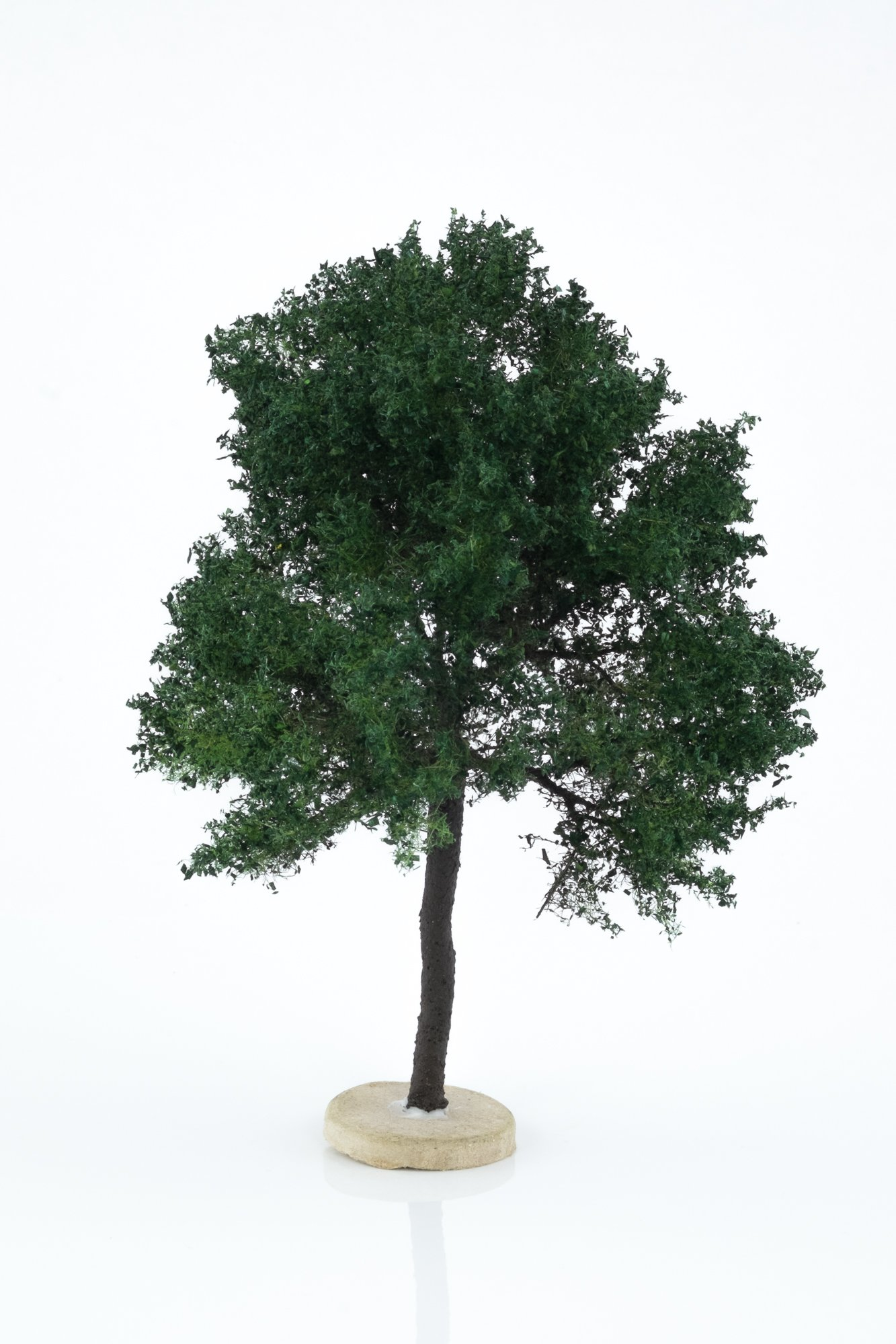 Hand-made, green, chestnut tree model. Size between 14 and 16 cm. Made from high quality model supplies by Primo Models.
