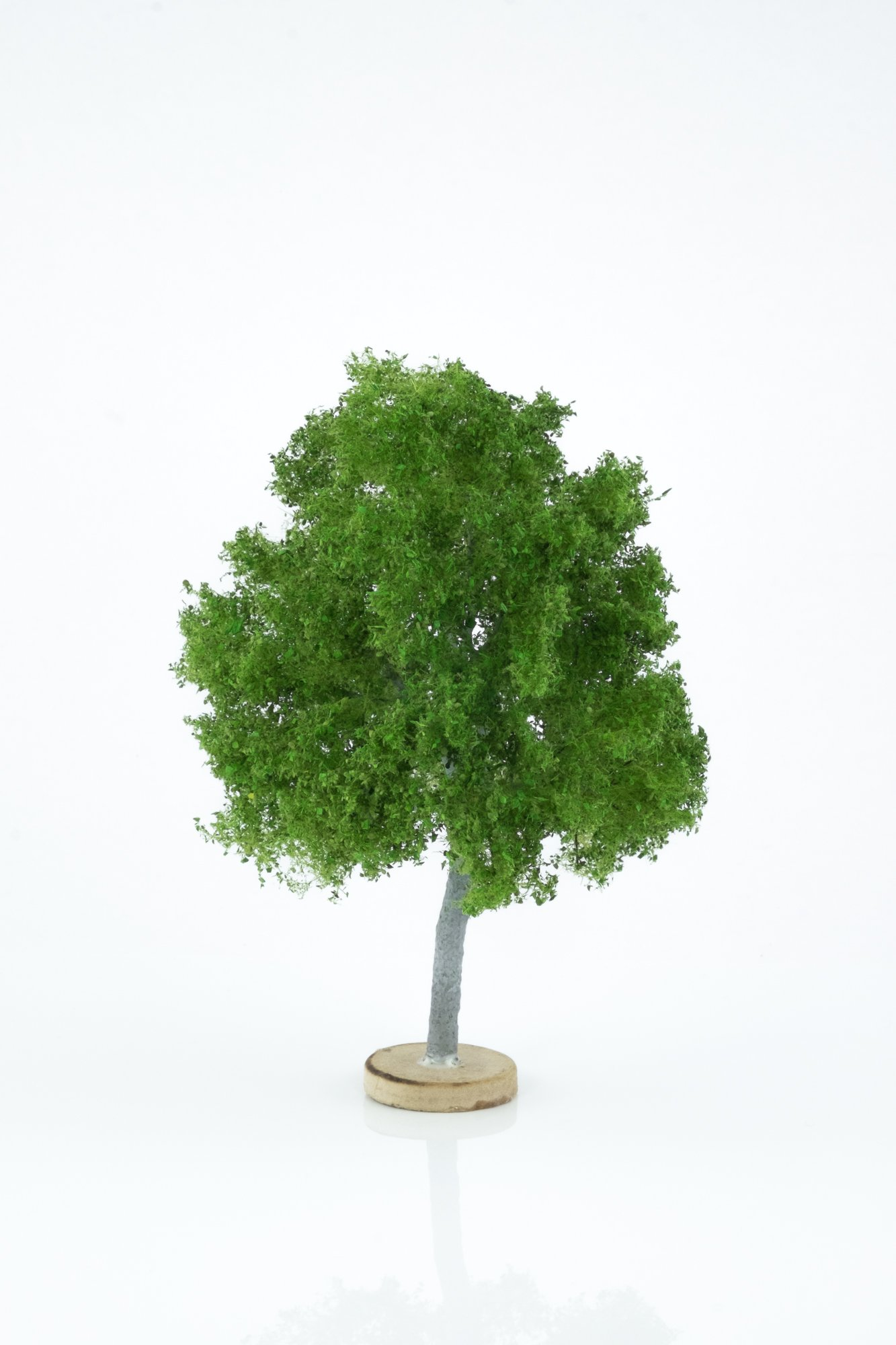 Hand-made, green, maple tree model. Size between 14 and 16 cm. Made from high quality model supplies by Primo Models.
