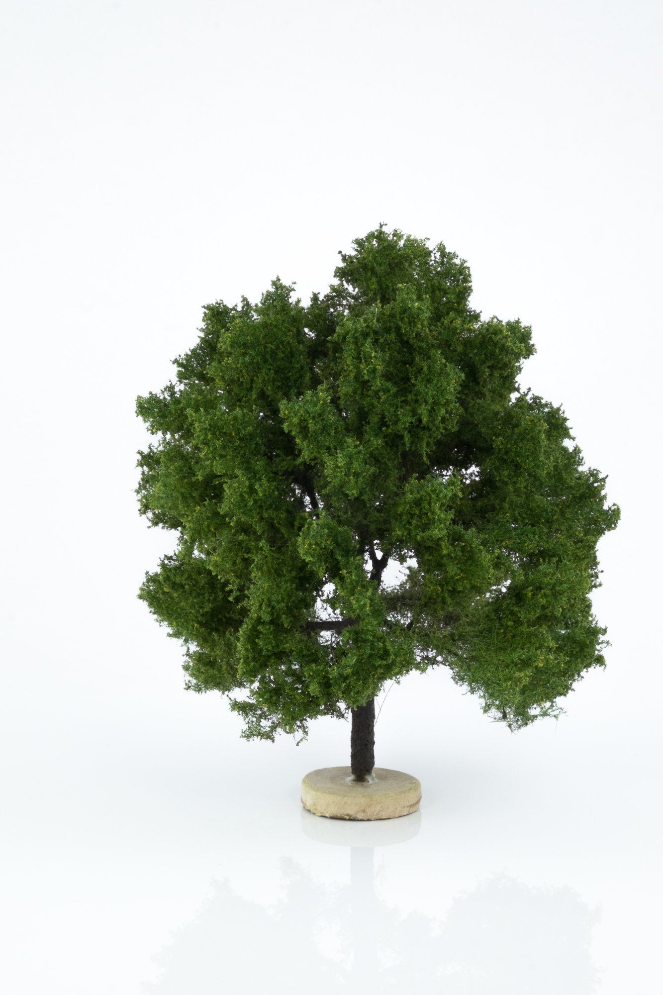 Hand-made, green, oak tree model. Size between 12 and 16 cm. Made from high quality model supplies by Primo Models.