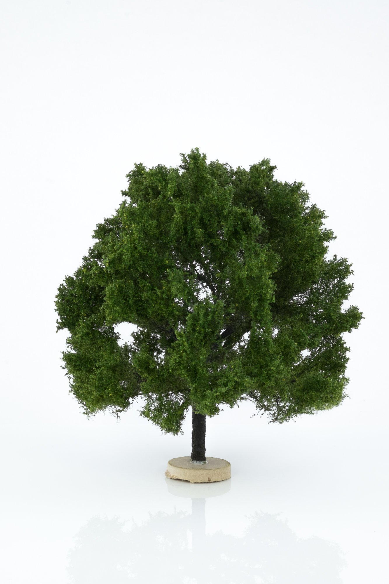 Hand-made, green, oak tree model. Size between 14 and 17 cm. Made from high quality model supplies by Primo Models.