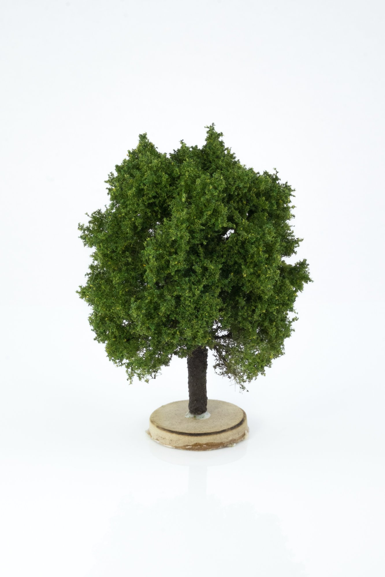 Hand-made, green, oak tree model. Size between 8 and 12 cm. Made from high quality model supplies by Primo Models.